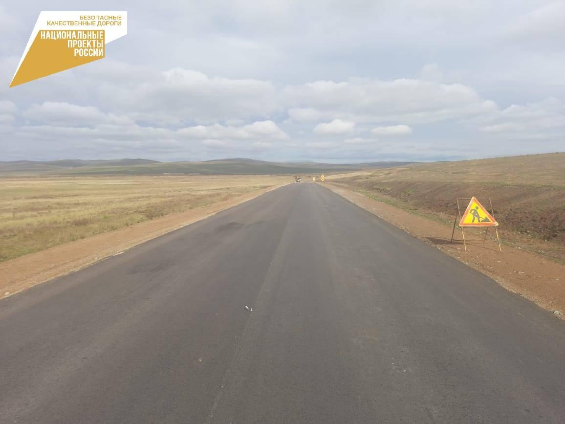 В Мухоршибирском районе Бурятии дорожники завершили укладку асфальта на региональной дороге